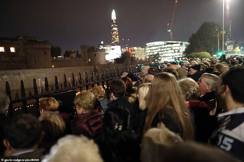 De nombreuses personnes se sont précipitées pour rendre hommage au film et rendre hommage aux hommages au pavot à Tower Bridge