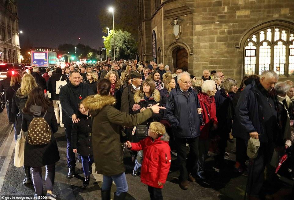 La sécurité et la police ont eu du mal à contrôler la foule massive se rassemblant à Tower Bridge pour rendre hommage aux victimes