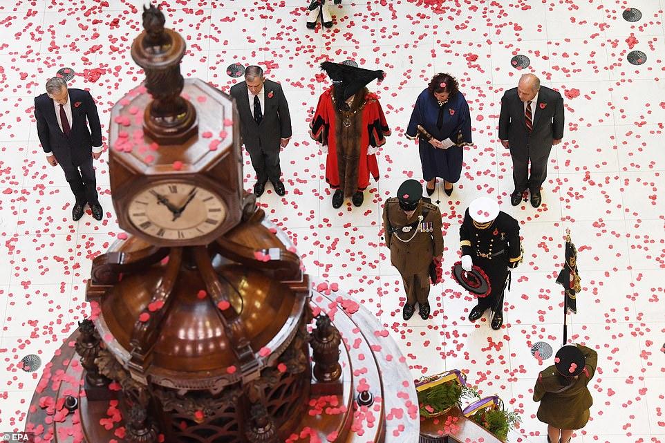 Des couronnes sont déposées à la base de l'horloge lors du service commémoratif annuel de l'armistice du jour du Souvenir à Lloyds of London