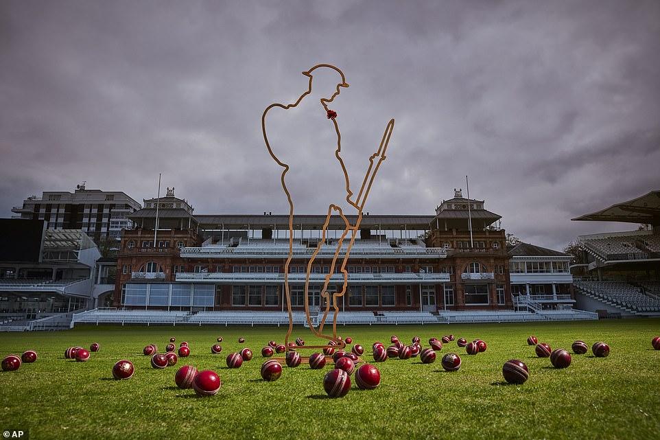 """Une silhouette de Tommy du projet """"There But Not There"""" exposée sur le terrain de cricket de Lord pour marquer la campagne de la BCE intitulée """"Le cricket se souvient"""" pour le 100e anniversaire de l'armistice qui a mis fin à la Première Guerre mondiale."""
