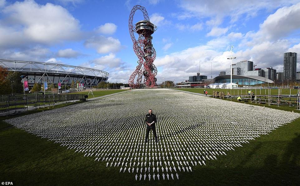 L'artiste britannique Rob Heard se tient parmi des dizaines de milliers de linceuls lors du dévoilement de son exposition «Shrouds of the Somme» à Stratford avant le jour de l'Armistice à Londres