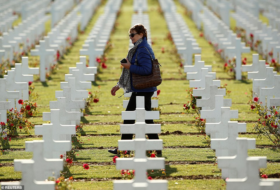 Une femme se promène parmi les pierres tombales au cimetière à l'extérieur de l'ossuaire de la Première Guerre mondiale, à Douaumont, alors que la France se prépare à marquer le centenaire de la Première Guerre mondiale.
