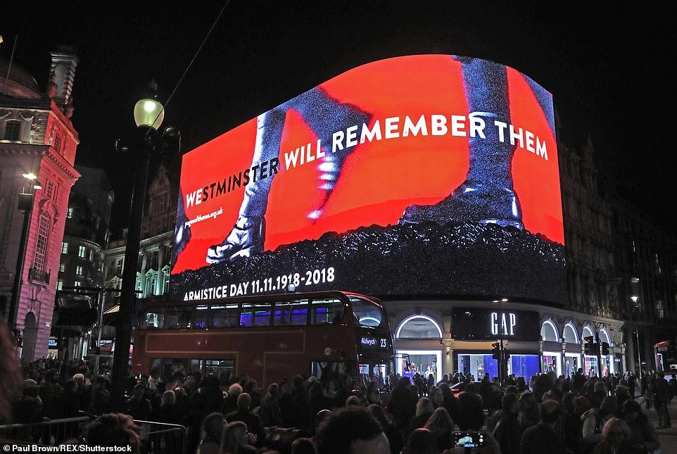 Les écrans de Piccadilly Circus ont échangé leurs publicités contre des messages d'armistice et de marcher en avant d'un silence de deux minutes.