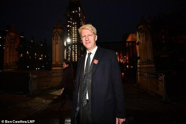 Jo Johnson (photographié devant le Parlement vendredi) a démissionné de son poste de ministre des Transports ce soir
