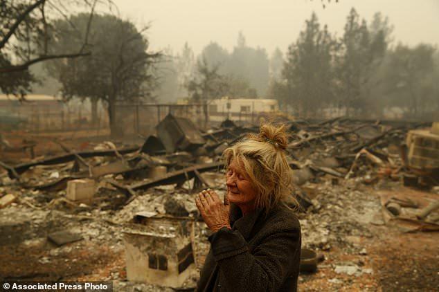 """Cathy Fallon réagit alors qu'elle se tenait près des restes carbonisés de sa maison, à Paradise, en Californie, le vendredi 9 novembre 2018. """"Je serai maudite si je laisse ces chevaux brûler dans le feu"""", a déclaré Fallon. , qui est restée sur sa propriété pour protéger ses 14 chevaux, qui ont tous survécu. (Photo AP / John Locher)"""