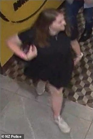La policía lanzó esta imagen de CCTV de Grace Millane, de 22 años, que abandonó Sky City, en el CDB de Auckland, alrededor de las 7:15 pm del 1 de diciembre.