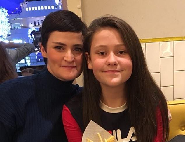Jennie O'Grady (à gauche), 39 ans, de Glossop, dans le Derbyshire, n'a pas été en mesure de surveiller la glycémie de sa fille diabétique de type 1, Esme (à droite)