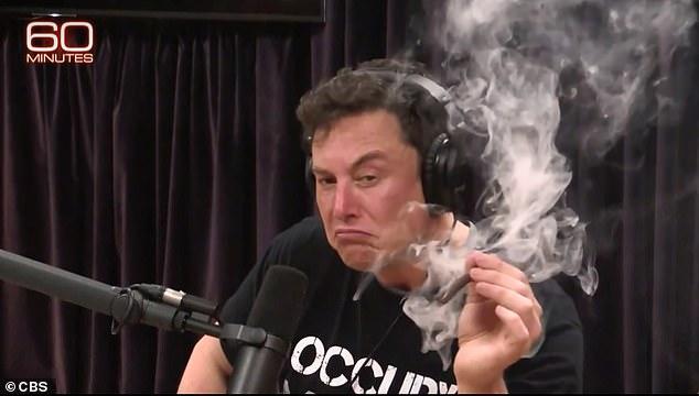 Musk levantó las cejas cuando apareció en la Experiencia Joe Rogan en septiembre, donde aceptó una contundencia de marihuana del anfitrión y luego la insufló.