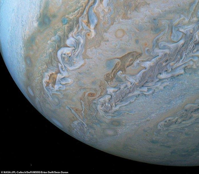Eine atemberaubende neue Bilderserie, die von der NASA-Raumsonde Juno aufgenommen wurde, hat einen Blick auf eine delphinförmige Wolke offenbart, die scheinbar durch die Atmosphäre von Jupiter springt. Es ist auf dem Bild oben rechts von der Mitte zu sehen
