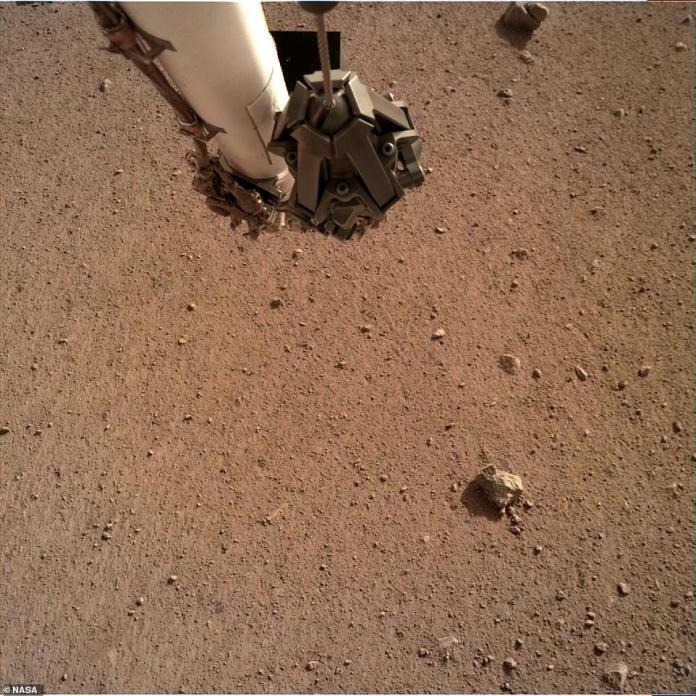Das erstaunliche Material, das den Lichtdurchtritt auf der Marsoberfläche zeigt, wurde im Twitter-Account der NASA InSight veröffentlicht. Die neuesten Bilder sind weit von den ersten Schnappschüssen entfernt, die durch Staub und die Schutzabdeckungen verdeckt wurden