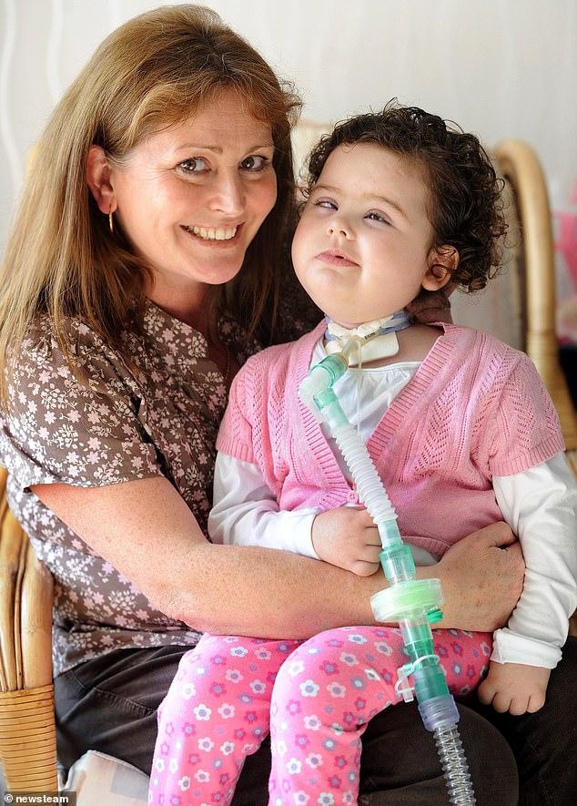 Nach dem Absturz in Sutton Coldfield, West Midlands, konnte das Kind nicht sprechen und musste rund um die Uhr versorgt werden. Im Bild: Cerys Edwards, 3 Jahre, mit ihrer Mutter Tracey
