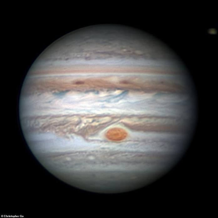 Diese auf der Erde basierende Beobachtung von Jupiter und die südliche tropische Störung, die sich dem Großen Roten Fleck näherte, wurde am 26. Januar 2018 erfasst. Die Juno-Sonde erreichte Jupiter am 4. Juli 2016 nach einer fünfjährigen, 1,8 Milliarden Kilometer langen Meile ) Reise
