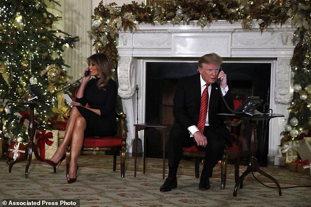 Präsident Donald Trump und First Lady Melania Trump sprechen jeweils am Telefon und teilen Updates mit, um die Bewegungen des Weihnachtsmanns vom NORAD Santa Tracker (NORAD) am Weihnachtsabend zu verfolgen