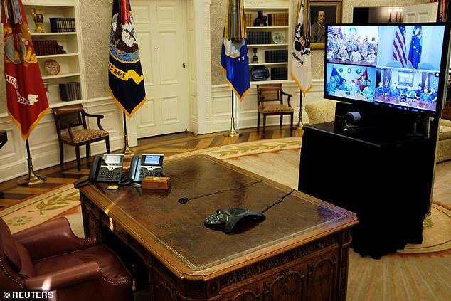 Die US-Militärangehörigen auf der ganzen Welt warteten geduldig auf den Präsidenten, der ihnen ein Dankeschön zu Weihnachten für ihren Dienst überbringen sollte