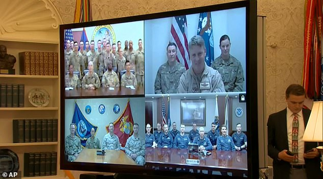 Trump stellte sicher, dass er über die Schließung der Regierung sprach, während er während der Videokonferenz zu Weihnachten mit den auf der ganzen Welt stationierten US-Militärmitgliedern sprach, in der er sich kurz bei ihnen für ihren Dienst bedankte
