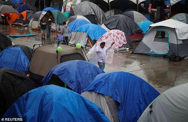 Migranten, die mit der Karawane im Oktober angereist sind, warten auf den langwierigen Asylsuchprozess in überfüllten Zeltstädten in Tijuana, Mexiko, wie oben am Weihnachtstag zu sehen