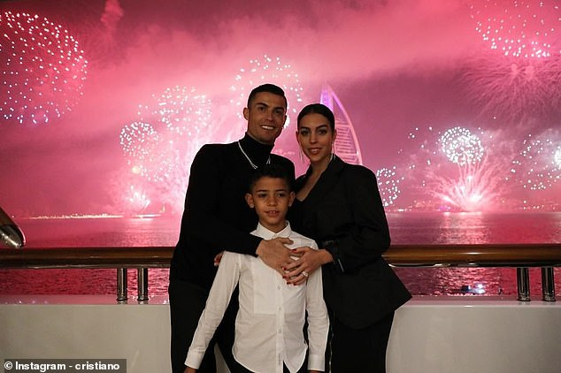Cristiano Ronaldo, his son and his girlfriend took a spectacular photo with the fireworks in Dubai
