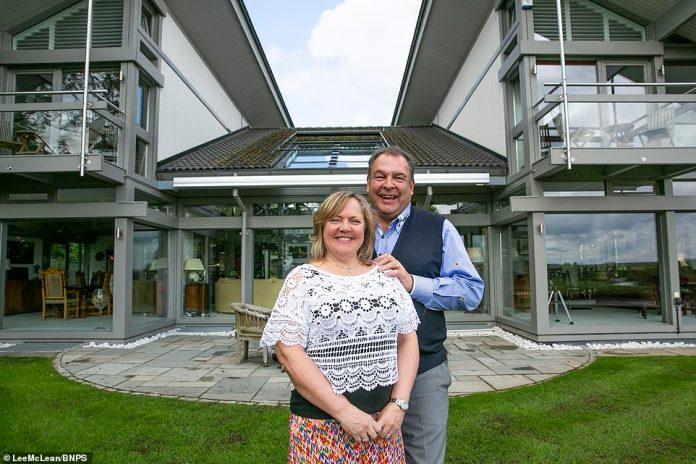 Mark und Sharon Beresford (vor dem Grundstück) verkauften nicht genügend Tickets für 25 £, um das Haus tragfähig zu machen, machten aber trotzdem 750.000 £ - und erreichten bis zu 640.000 £