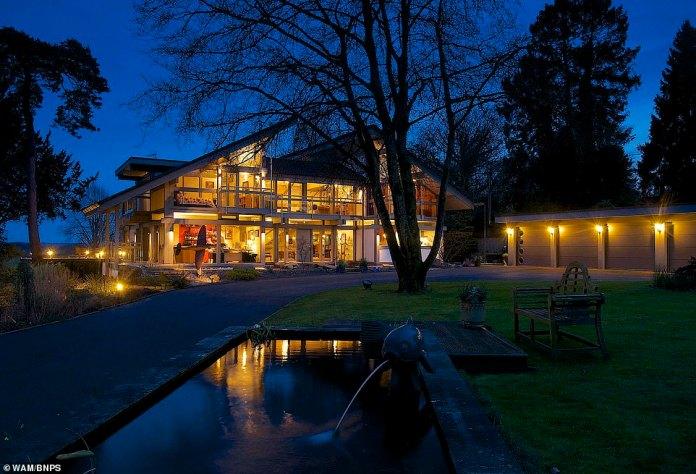 Das Haus in Ringwood, Hampshire, ist ein Huf-Haus, was bedeutet, dass es sich um ein unverwechselbares Glas- und Holzobjekt der gleichnamigen deutschen Firma handelt, das innerhalb weniger Tage gebaut werden kann. Das Paar wird das Haus jetzt behalten, aber es wird immer noch versucht, es zu verkaufen, um nach East Sussex zu ziehen, um der Familie näher zu sein