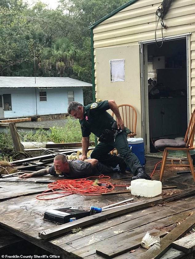 Chambers und ihr Freund Kevin Wyatt (49), der während seiner Festnahme im Bild dargestellt wurde, wurden beschuldigt, Sex mit dem Kind gegen Drogen, Rente und Altmetall getauscht zu haben
