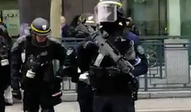 """Se produce después de que el ex ministro conservador, Luc Ferry, pidió que se usara fuego real contra los """"matones"""" del movimiento de chaleco amarillo que dice """"golpear a la policía"""""""