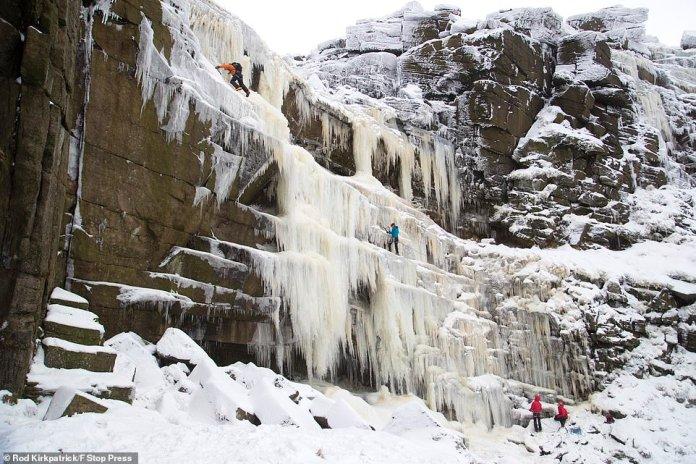 Nach einer der kältesten Nächte des Jahres ziehen Eiskletterer am Sonntag in Derbyshire in das gefrorene Gesicht des Wasserfalls Kinder Downfall