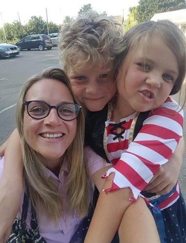 Holly (en la foto con su hijo Max, nueve, su hija Matilda, seis) dice que después de su segunda vez en el plan, que comenzó en octubre, Holly dice que no toma ningún medicamento a base de hierbas y aún no ha visto signos de ninguna de sus síntomas
