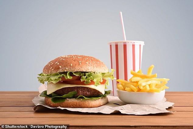 Tatsache: Neben höheren Gehalten an Gesamtfett, gesättigtem Fett und zugesetztem Zucker enthalten viele Fast-Food-Artikel legale, aber umstrittene Zusatzstoffe wie Natriumnitrit und Titanoxid