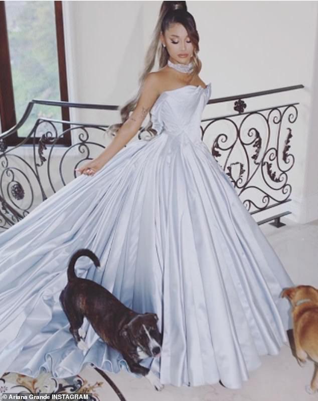 Vestido de Grande: Grande más tarde compartió varias fotos de ella con un vestido personalizado de Zac Posen, que habría llevado en los Grammys si hubiera asistido.