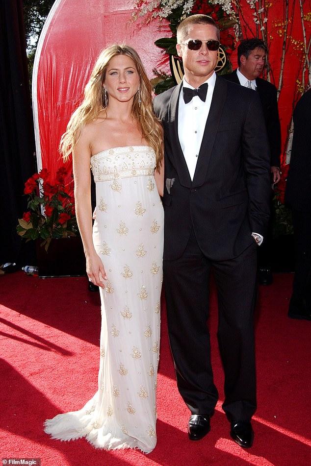 """Pas de méchanceté: """"Jen et Brad sont restés amis et se sont parlé à plusieurs reprises depuis qu'ils sont devenus célibataires"""", a déclaré une source. """"Ils sont amis et se sont soutenus pendant des moments difficiles."""" Vu aux Emmy en 2004"""