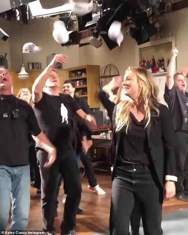 Flashmob: & # 39; Ok, here it is! I give you (from many different angles!) Our FINAL @bigbangtheory_cbs epic flash mob! & # 39; Cuoco said on Instagram