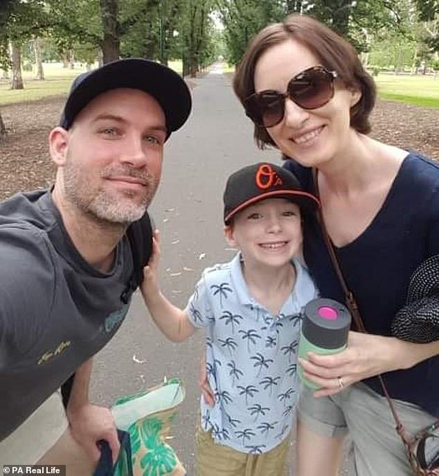 Louise Moreton (rechts) zog von Melbourne nach Durham, dem Zuhause ihres Mannes Paul (35) (links), als sie einen Husten entdeckte, der ihrer Meinung nach Müdigkeit war, tatsächlich Krebs