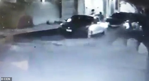 The kidnapper throws Mrs. Carrera into the car and drives off quickly. The kidnappings in Coatzacoalcos have increased in recent years, with 49 reported in 2018