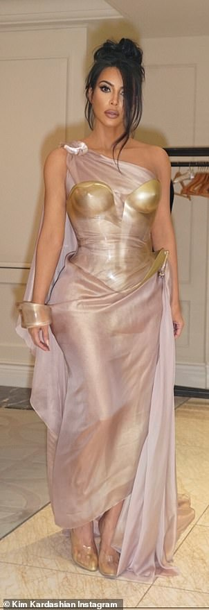 Strong woman: It appeared that the star Retaining With the Kardashians talking with a Bean of Youth with a golden plaster was the dress and a fabric cuff bracelet on one hand