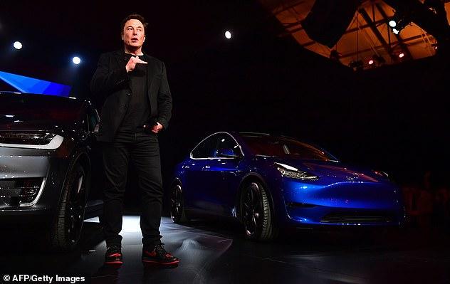 Las zapatillas Jordan 1 hechas a medida fueron destacadas por primera vez por la compañía con sede en Los Ángeles en enero. Musk se ve vistiéndolos en el lanzamiento del Modelo Y arriba.