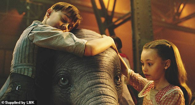 Finley Hobbin and Nico Parker star as the children of Holt Farrier to replace Timothy Mouse. They realise that Dumbo can fly when he inhales a magical feather
