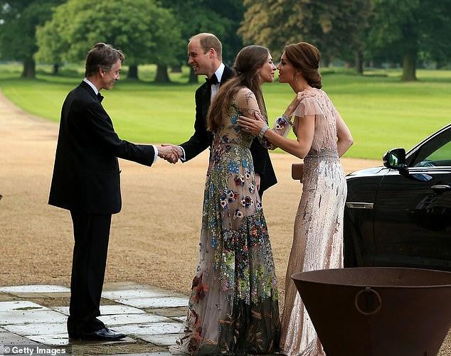 Rose (en la foto con William y Kate en 2016) también fue nombrada en algún momento como posible contendiente por los afectos del Príncipe William, aunque cuando se conocieron por primera vez, y si alguna vez se acercaron antes de la mudanza de Cambridge a Norfolk, sigue sin estar claro.