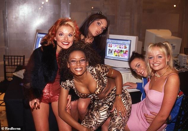In der Blütezeit: Geri wiederholte, wie sehr sie alle vier Mädchen liebte, einschließlich Victoria Beckham (hinten, Mitte), die 2019 nicht wieder mit den Mädchen zusammen sein wird