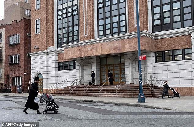 Normalerweise erlaubt es New York City den Menschen, Impfungen aus medizinischen oder religiösen Gründen zu überspringen. Bürgermeister Bill de Blasio hat jedoch religiöse Ausnahmen für das ausgewählte Gebiet in Brooklyn aufgehoben, in dem sich Masern unter orthodoxen Juden ausbreiten