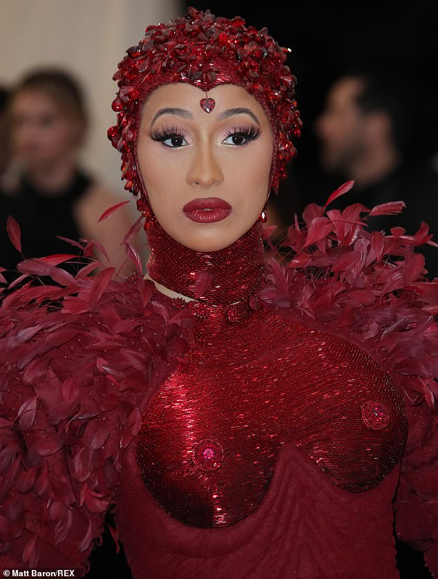 Cardi B and her Met Gala dress are hoisted into her SUV - Angle News