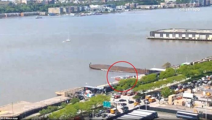 Un hélicoptère a manqué d'atterrissage à Manhattan et a été submergé dans la rivière Hudson mercredi après-midi.