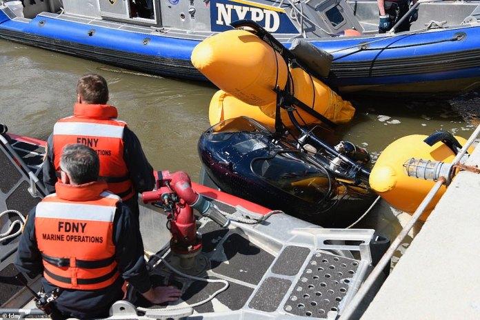 L'hélicoptère coulé est tiré de l'Hudson à la suite de l'accident survenu mercredi après-midi.