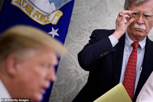 Se cree que John Bolton (a la derecha), asesor de seguridad nacional del presidente Trump, se mostró particularmente alarmado por la amenaza de ataques con misiles