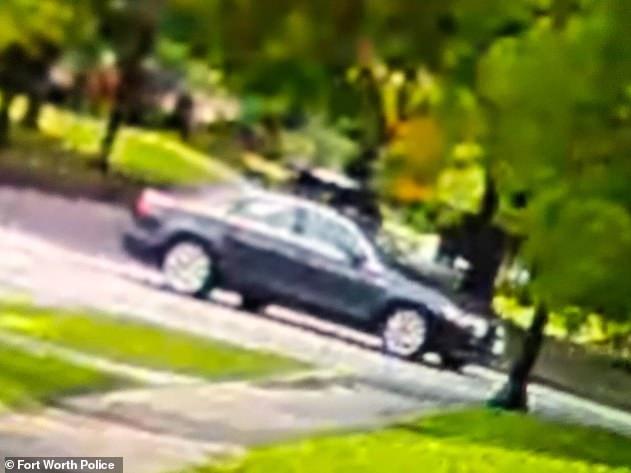 Deux citoyens ont contacté la police après avoir aperçu une voiture correspondant à la description de celle utilisée lors de l'enlèvement (ci-dessus) à l'extérieur de l'hôtel, dans le quartier de Forest Hill à Fort Worth.