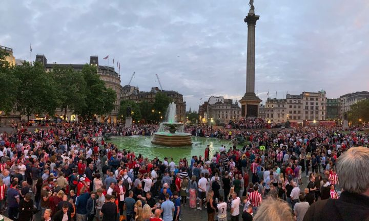 Sunderland fans take over Trafalgar Square and turn London red ahead of  League One play-off final | Daily Mail Online