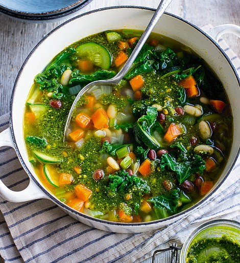 This extraordinary bean soup with kale and pesto is a heartwarming dish for a super-quick lunch