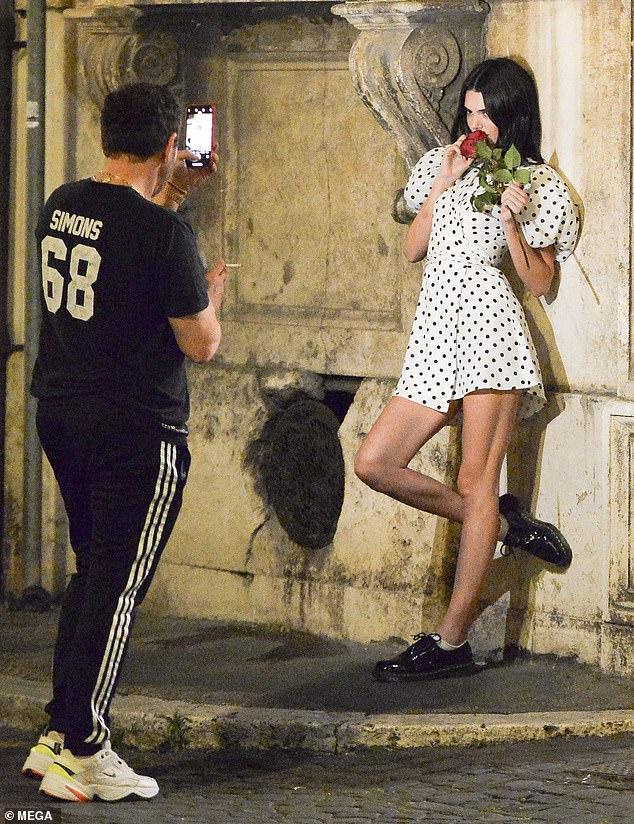 Nice: Kendall Jenner, 23 ans, pose avec une rose rouge de façon amusante alors qu'elle prenait un dîner avec les photographes Mert Alas et Markus Piggott jeudi à Rome.