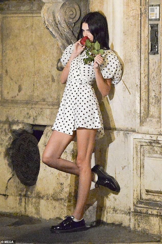 Jolie: le modèle était magnifique dans une robe portefeuille à pois noire et blanche quand elle a quitté le restaurant de Pierluigi