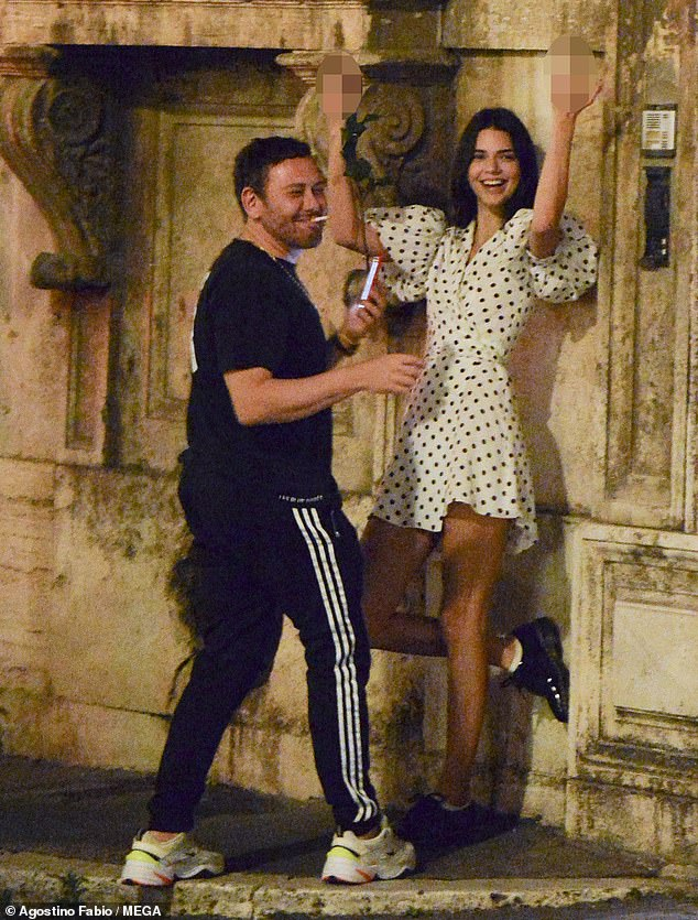 Naughty: À un moment donné, Kendall a fait un geste obscène alors qu'elle jouait pendant la séance de pose surprise