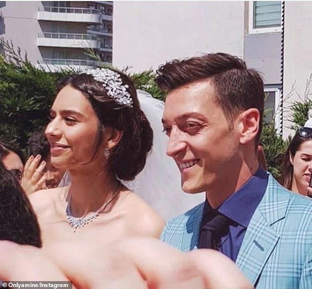 Arsenal midfielder Mesut Ozil has married his partner Amine Gulse at an Istanbul ceremony